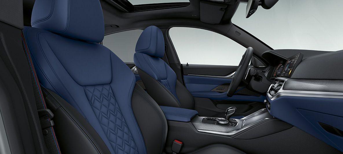 BMW Individual erweiterte Lederausstattung 'Merino' Fjordblau/Schwarz B BMW 4er Gran Coupé G26 2021 Innenraum Cockpit